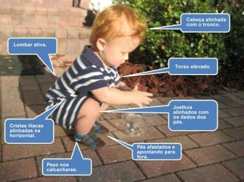 little_kid_squatting_ portugues